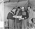 Voorbereidingsplaatjes Tour de France , Amsterdam, Kees Pellenaars tussen Wagtma, Bestanddeelnr 906-5749.jpg