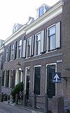 foto van Huis van parterre en verdieping, afgeknot schilddak, waarin dakvenster met vleugelstukken