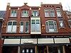foto van Winkel annex woonhuis in overgangsstijl