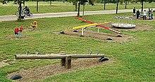 Dondoli e giostre in un parco giochi