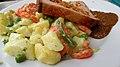 +Studentin in der Mensa - Mittagessen - Leberkäse mit süßem Senf und gemischten Kartoffelsalat - Bild 005.jpg