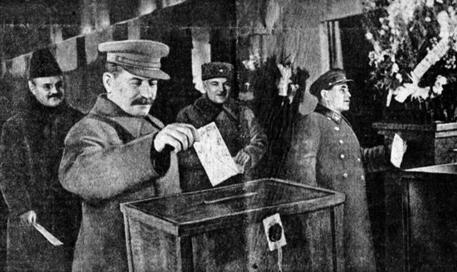 Сталин, Молотов, Ворошилов и Ежов на выборах 1937 года.