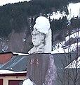 Л.В. Кокышевтиҥ бюстты. Горно-Алтайскта национал библиотеканыҥ алдында турган кереес.jpg