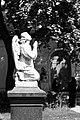 Новодевичий монастырь. Статуя молящегося ангела.jpg