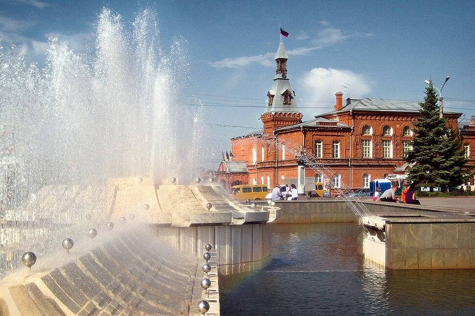 Омск. Фонтан на театральной площади и городской совет