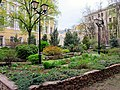 Парк в церковном дворике Храма Трёх Святителей на Кулишках - panoramio.jpg