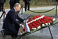 Путин возлагает венок на могилу Гейдара Алиева.jpg