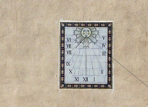 Солнечные часы на стене дома в Тосса-де-Мар.jpg