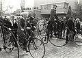 100-jarig A.N.W.B. jubileum herdacht met een tocht per vélocipede-berijders bij het vertrek vanaf het raadhuis in Bennebroek. Neg. 22982 k 21a, NL-HlmNHA 54013857.JPG