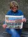 15h9f Aysun Erenalin, Vorsitzende Atatürk Gesellschaft Niedersachsen, liest an der Mahnwache in Hannover in der Zeitung Aydınlık (gazete), Proteste in der Türkei 2013.jpg