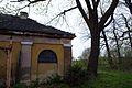 8974viki Pałac w Domanicach - zabudowania przy bramie wjazdowej. Foto Barbara Maliszewska.jpg