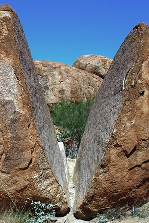 Karlu Karlu / Devils Marbles Conservation Reserve - A naturally split boulder