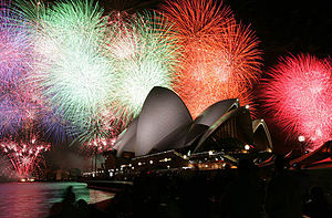 English: Fireworks burst over the Sydney Opera...