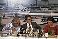 Andre Amalrik en echtgenote Gjoezel tijdens persconferentie op Schiphol. v.l.n.r, Bestanddeelnr 254-9855.jpg