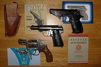 Astra-Unceta y Cia SA - Image: Armas Astra (revólver 250 y pistolas 3000 y Constable)