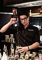 Barkeeper im Friedrichs in Tübingen bereitet einen Drink zu.jpg