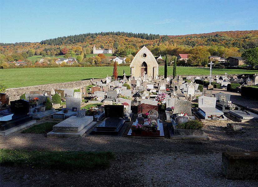 Le cimetière de de Bazoches, Nièvre, France. (au fond le château)