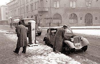 Bencinska črpalka na Trgu revolucije 1959
