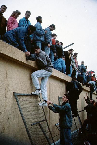 File:Berlin 1989, Fall der Mauer, Chute du mur 18.jpg