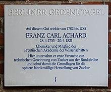 Berliner Gedenktafel am Haus Dorfstraße 1 in Berlin-Kaulsdorf (Quelle: Wikimedia)