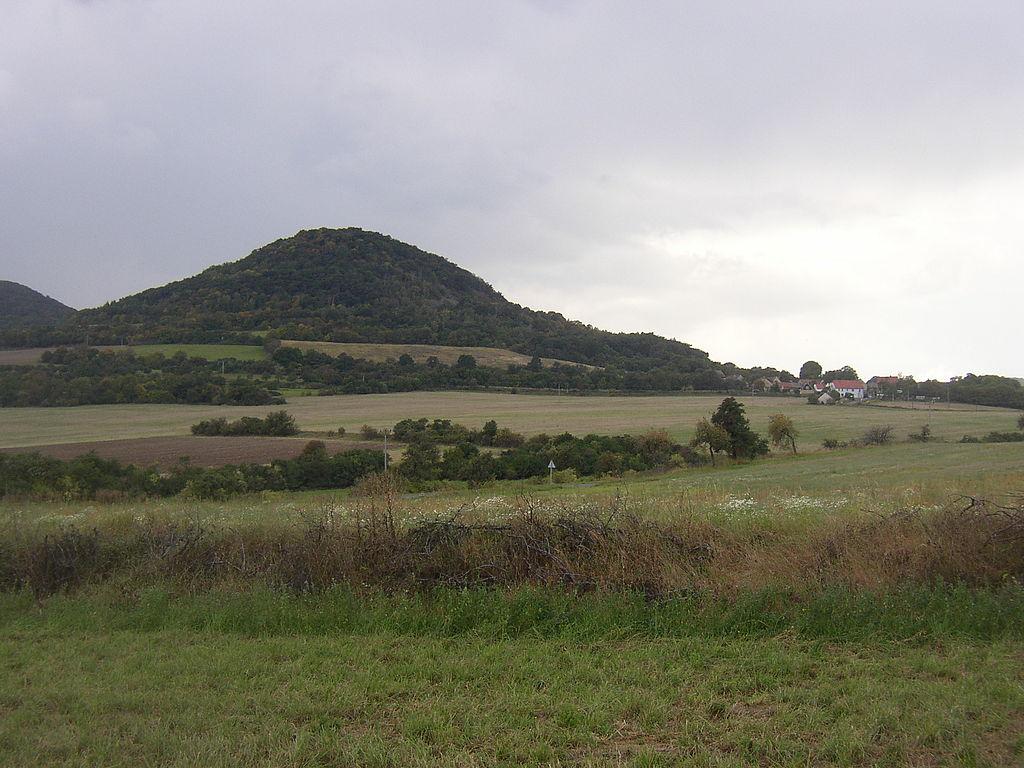 Pohled na Boreč od východo-severovýchodu. Vpravo na úbočí hory osada Režný Újezd.