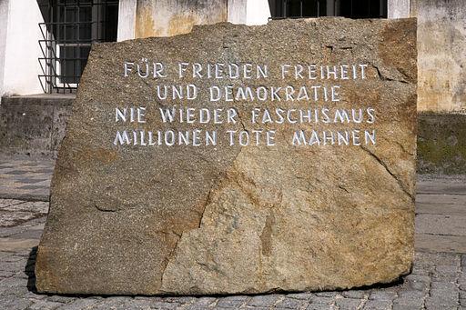 Braunau Hitlerhaus Gedenkstein