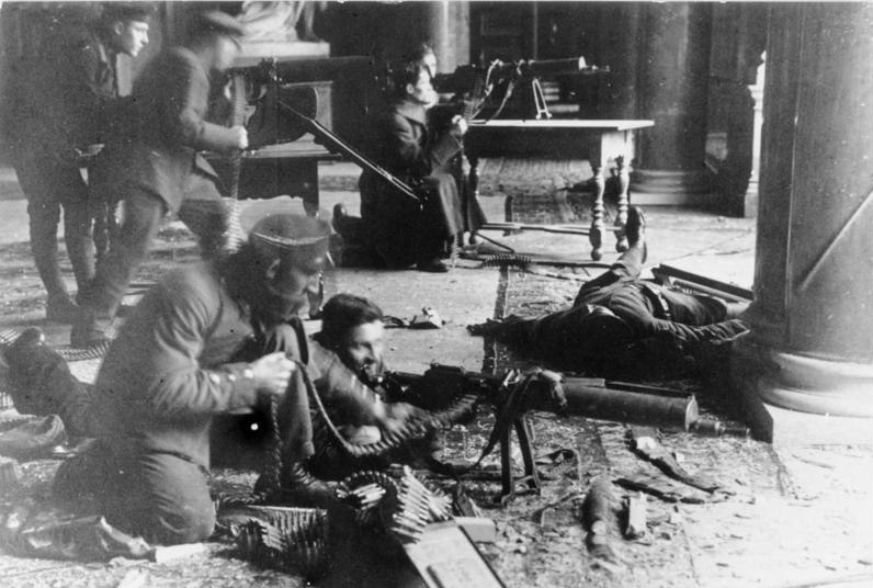 Bundesarchiv Bild 146-1976-067-30A, Revolution in Berlin, Soldaten im Kampf