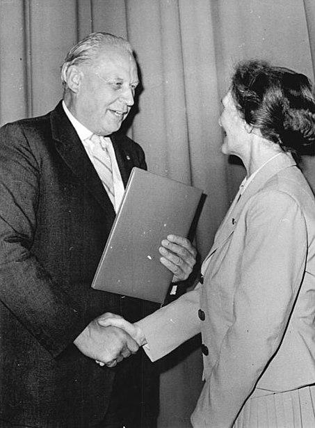 Datei:Bundesarchiv Bild 183-83789-0113, Magdeburg, 3. Arbeiterfestspiele, Preisverleihung, Herbert Warnke.jpg