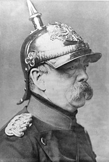 Otto von Bismarck en uniforme de cuirassier, avec un casque à pointe, après son serment en 1880. À l'occasion il apparaît ainsi vêtu en public et même au parlement.