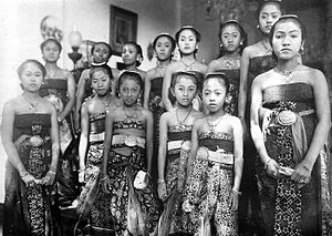 Pakubuwono X - Thirteen daughters of Pakubuwono X (circa 1921-1926), photo by Tassilo Adam