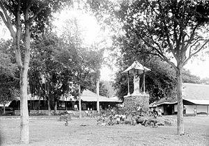 Larantuka - Children at a statue of Mary in the yard of the parsonage in Larantoeka (circa 1915)