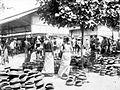 COLLECTIE TROPENMUSEUM Verkoop van kruiken op een markt TMnr 10022029.jpg
