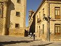 Calle del Centro Historia de Baeza en una de los laterales del palacio de Jabalquinto y la cual alberga la torre de la Universidad Juan de Ávila la torre de.jpg