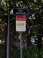 Caluire-et-Cuire - Rue Pasteur, plaque et panneau Pédibus.jpg