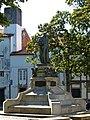Casco histórico de Santiago de Compostela, Praza de Mazarelos, su estatua.jpg