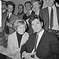 Cliff Richard , aankomst op Schiphol met Willeke Alberti tijdens persconferentie, Bestanddeelnr 916-3949.jpg
