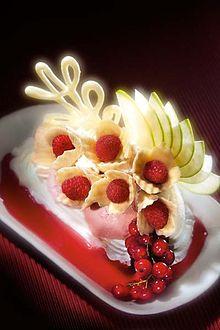 Coppa gelato con frutta scolpita