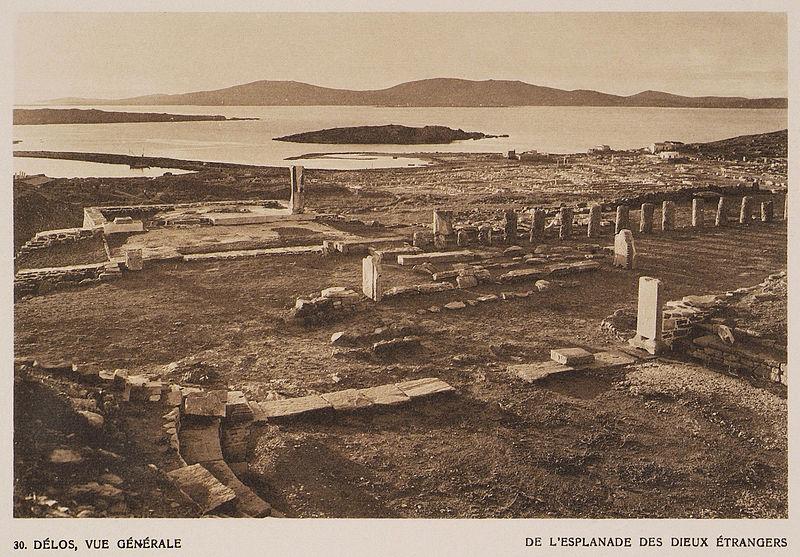 File:Délos, vue générale de l'esplanade des dieux étrangers - Baud-bovy Daniel Boissonnas Frédéric - 1919.jpg