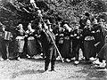 Dansgroep in Achterhoekse klederdracht in Gorssel, Bestanddeelnr 190-0094.jpg