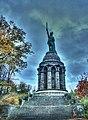 Das Hermannsdenkmal ist eine Kolossalstatue in der Nähe von Hiddesen südwestlich von Detmold in Nordrhein-Westfalen - panoramio.jpg