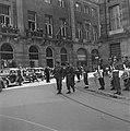 De prins passeert een militair muziekkorps voor het Paleis op de Dam, Bestanddeelnr 900-4743.jpg