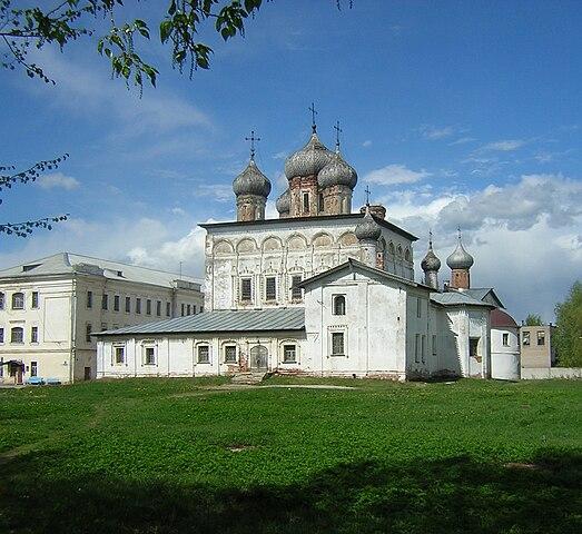 https://upload.wikimedia.org/wikipedia/commons/thumb/6/62/Derevianitsky_monastery.jpg/523px-Derevianitsky_monastery.jpg