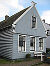 foto van Houten huis met houtskelet. Uitwendig aspect, met puntvormig voorschot, in hoofdzaak 19e-eeuws