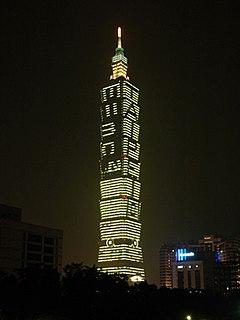 La famosa ecuación es mostrada en Taipei 101 durante el evento del año mundial de la física en 2005.