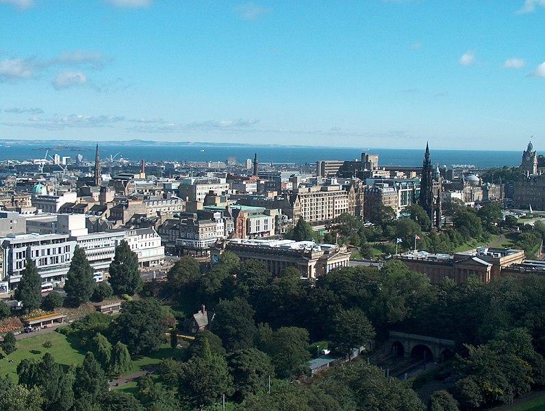 File:Edinburgh Blick auf die Stadt.JPG