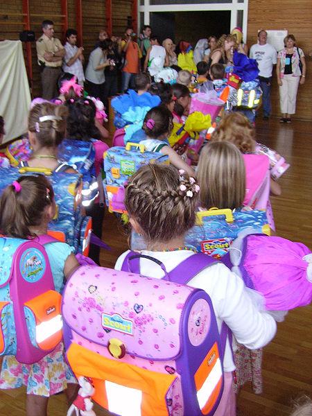 dzieci idące do szkoły - pierwszoklasiści