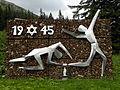 Eisenerz - Denkmal zur Erinnerung an die 1945 am Präbichl ermordeten 200 Juden.jpg