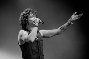 Enrique Bunbury - Enrique Bunbury performing in 2010