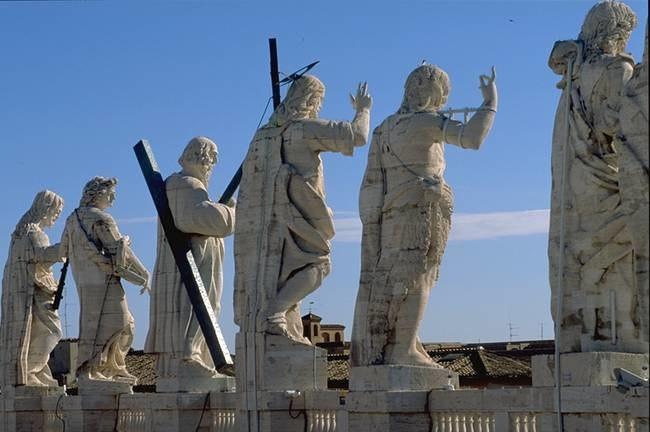 Figures on top of the Basilica di San Pietro