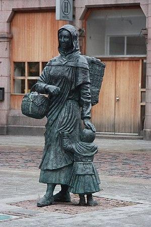 Creel (basket) - Image: Fisher Jessie statue, Peterhead geograph.org.uk 1077905